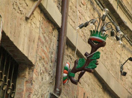 Siena, Italia: Sienne - Un autre lampion - un autre quartier !