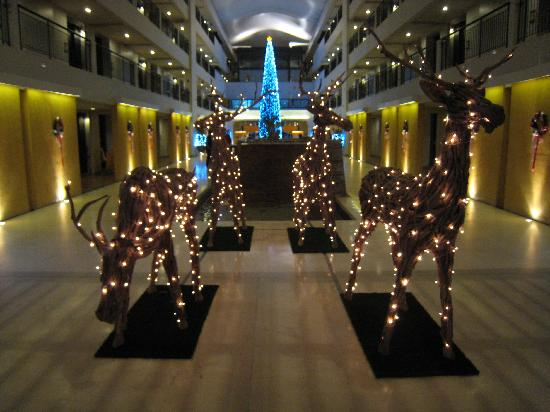 Christmas Decorations In Hotel Lobby : Hotel lobby christmas decorations picture of banthai