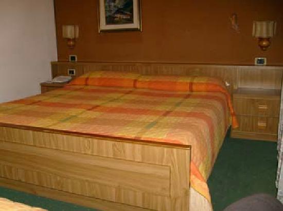 Hotel Piedibosco: Camera 5, non si vede ma c'è anche un ampio armadio, scrivania e TV