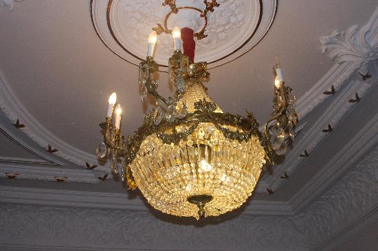 Hostal L' Antic Espai: Room with private balcony chandelier
