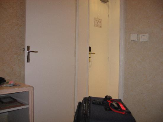 Prince Hotel: Small room indeed