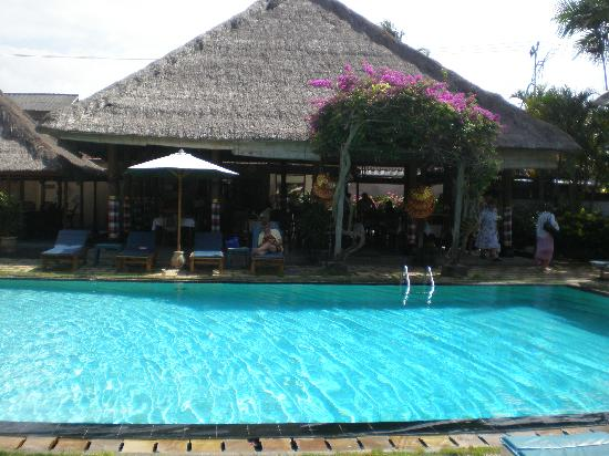 Aneka Beach Hotel: restaurant next to the pool