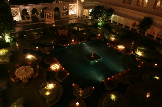Taj Lake Palace Udaipur: The pond in the evening