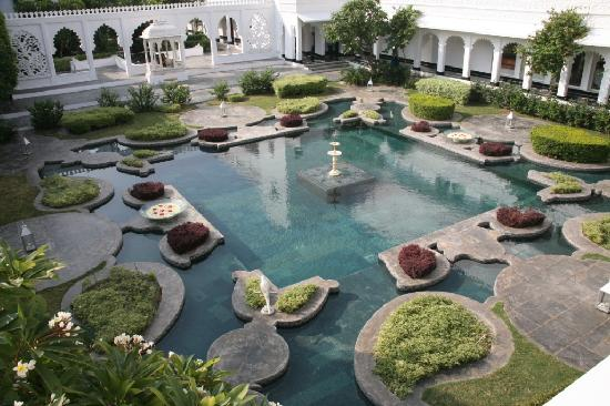 Taj Lake Palace Udaipur: The pond in the daytime