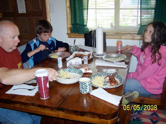 Historic Tamarack Lodge: Enjoying breakfast in the cabin