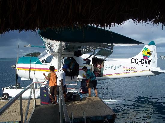 Malolo Island Resort: Unloading the baggage after landing at Malolo