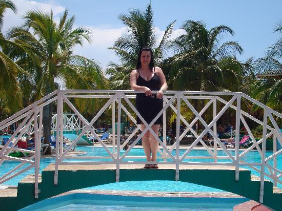 Petit pont au dessu de la barbotteuse près de la section piscine.