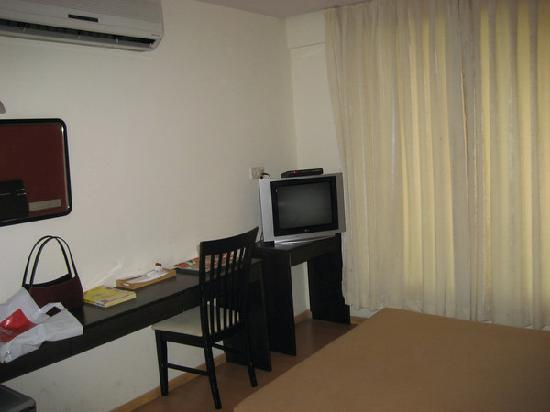 Hotel Orritel West : Tv and writing desk
