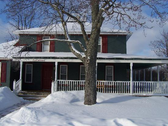 Applesauce Inn Bed & Breakfast: Snowy Haven