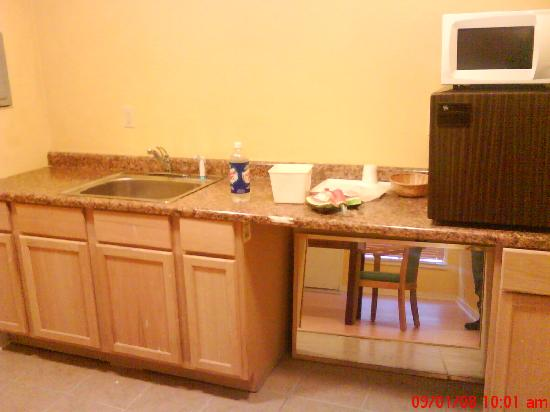 Great Lakes Inn & Suites: picture of kitchen area