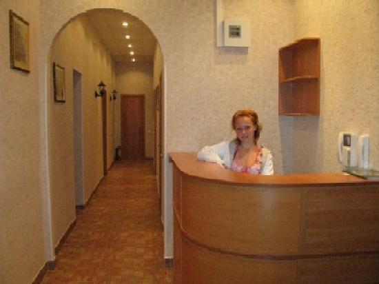Pilau Economy Hotel: Reception desk