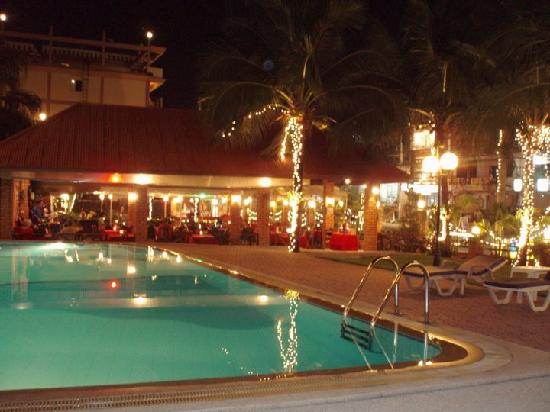 The Residence Garden Apartments & Suites: Residence Garden's Pool and Restaurant