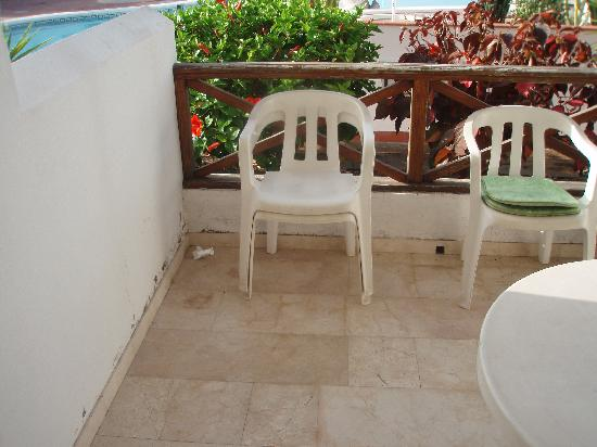 Club El Beril Tenerife: The tatty balcony, with broken plastic chairs!