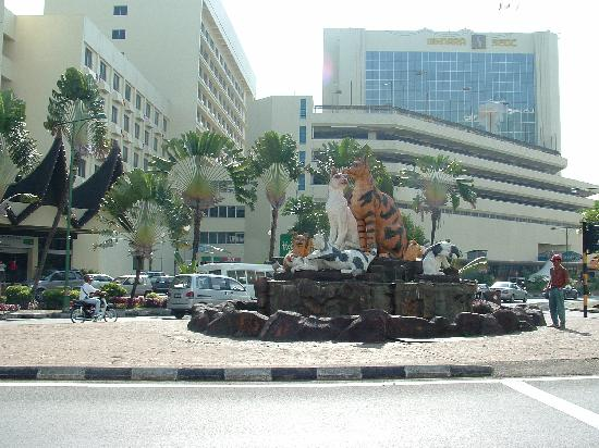 Telang Usan Hotel Kuching: Cat statue in centre of town
