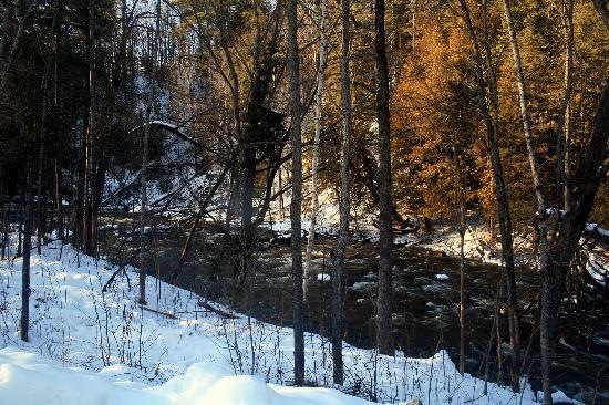 Wakefield, Canadá: Stream with Snow