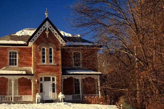 Wakefield, Canada: Brick House with Gingerbread