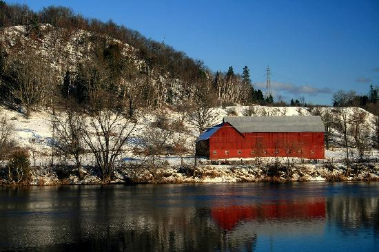 Wakefield, แคนาดา: Barn on the Gatineau