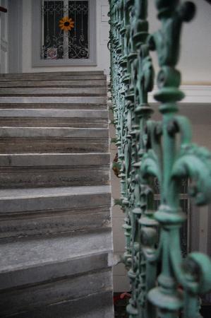 Stadtnest Bed & Breakfast and Apartment: Steps up to front door