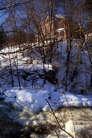 Wakefield, Kanada: Stream and Brick House