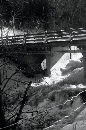 Wakefield, Canada: Falls Beneath the Bridge