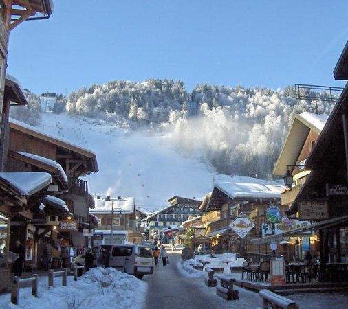 Simply Morzine - Chalet Carving : Main Apres Ski Street