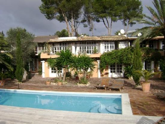 San Rafael, Spain: Villa Roses by day
