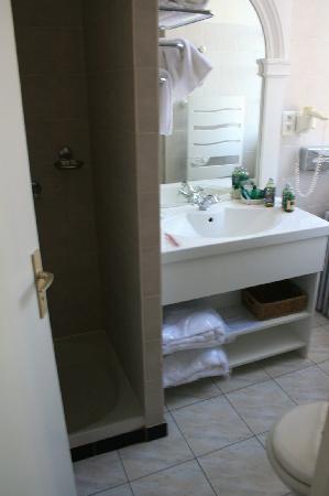 Chateau Golf des Sept Tours: turret - bathroom
