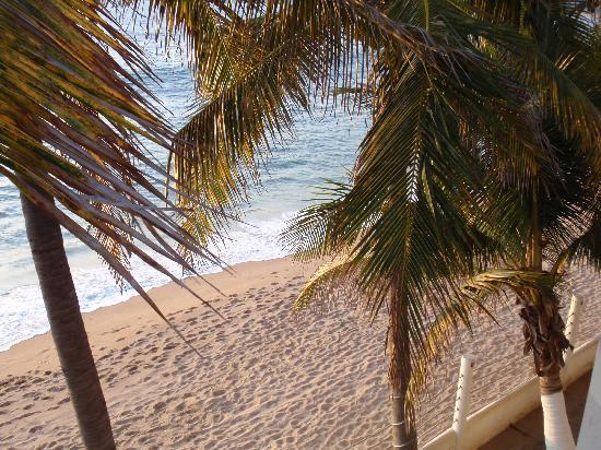 Hotel Barra de Navidad: Beach from hotel room