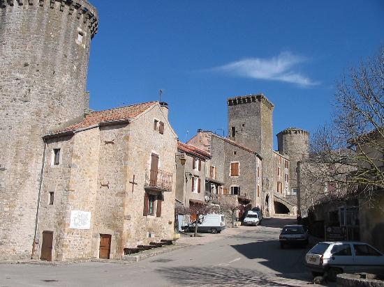 Sainte-Eulalie-de-Cernon, France : Vue des remparts Est