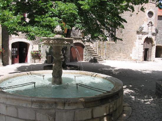 Sainte-Eulalie-de-Cernon, France : Place de la Fontaine