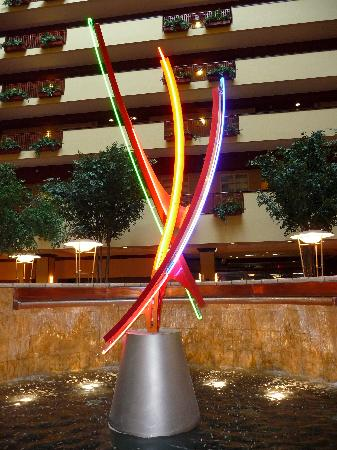 Embassy Suites by Hilton Charlotte - Concord / Golf  Resort & Spa: Design sculpture in fountain in atrium