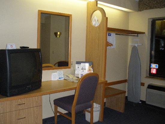 Sleep Inn: desk and tv