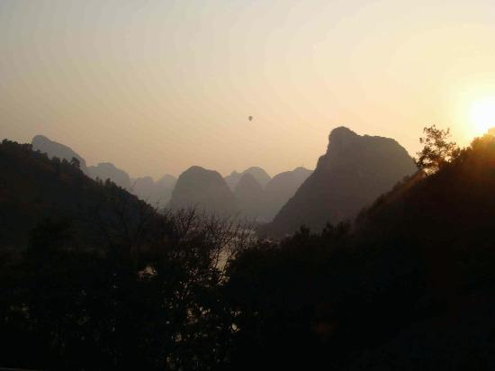 Li River Resort: Sunset (with balloon) view from our balcony.