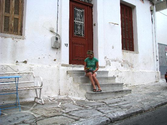 Náxos, Griekenland: Writing post cards on old steps in Old Town Naxos