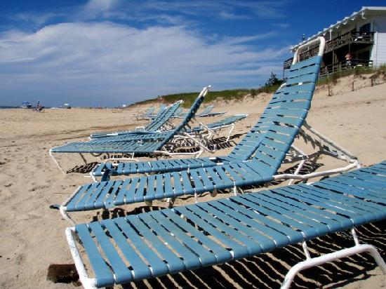 Wavecrest Oceanfront Resort: lounge chairs