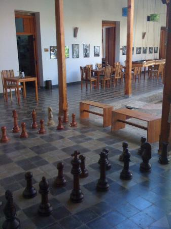 Hotel con Corazon: Chess by the breakfast tables