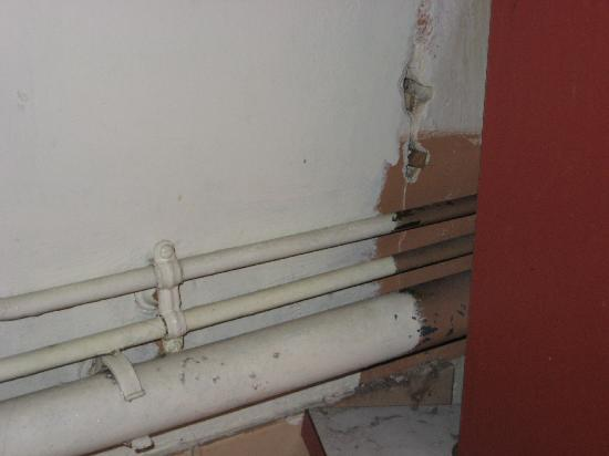 Residence Ciel & Logis: exposed and leaky pipes