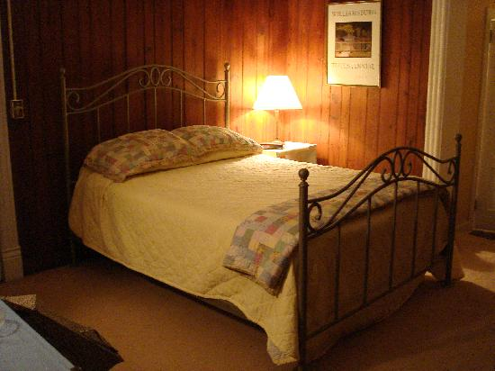 Autumn Leaves: Bedroom with comfortable Q bed