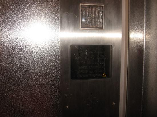 El mini ascensor re chiquito!! - Picture of Ideal Hotel design ...