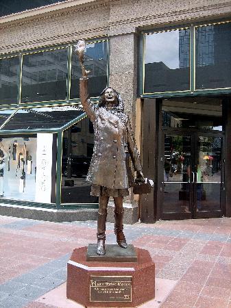 Nicollet Mall: MTM Statue