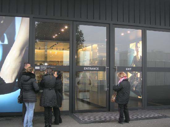 Prada Outlet (Space): outlet, queueing before opening hours