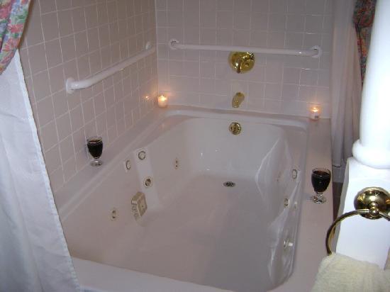 Lake Rosemound Inn  Our jacuzzi bathtub. Our jacuzzi bathtub      Picture of Lake Rosemound Inn  Saint