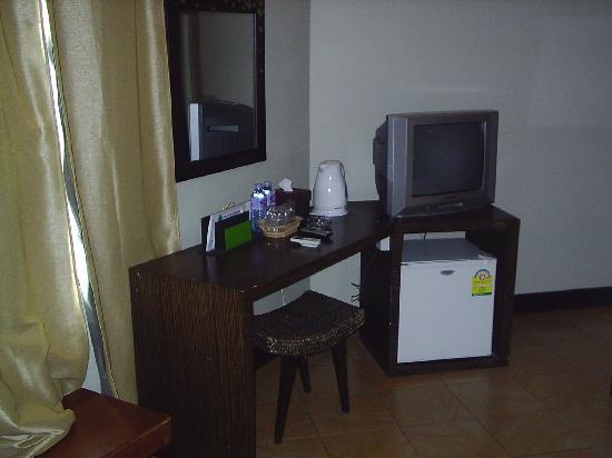 Hotel Cara: Desk,TV & Mini-Bar