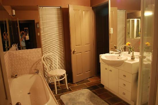 Garden View Bed and Breakfast: Shared bathroom