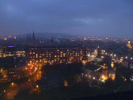 AJEM Self Catering: Edinburgh at night