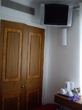 Hotel 82: la télé et le closet