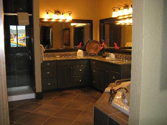 Glacier Canyon Lodge: master bathroom