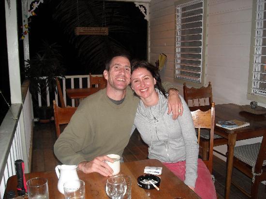 Hickatee Cottages: DINNER ON THE VERANDA