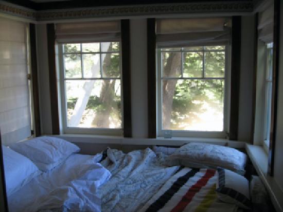 Coast Guard House Historic Inn: bedroom cove in Flag room