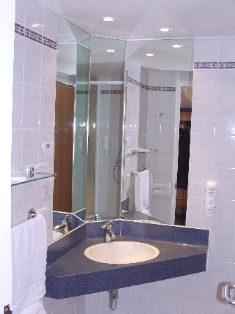 Holiday Inn Express Bath: Wow very good bathroom